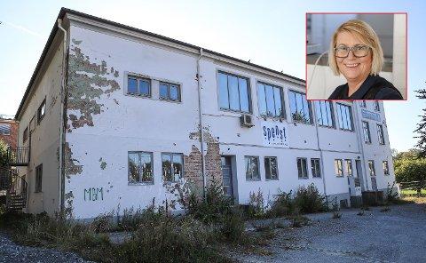 DOKUMENTERES: Vibeke Havenstrøm fikk i oppgave Av HA å ta bilder av Halden Bad før det nå snart skal rives.