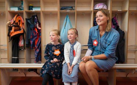 SKOLESTART: Nå er de igang, Agnes Mira Akerman Åhrén og Solveig Kristine Folstad. Klassekontakt Pia Larsson tror overgangen fra barnehage til skole går veldig bra.