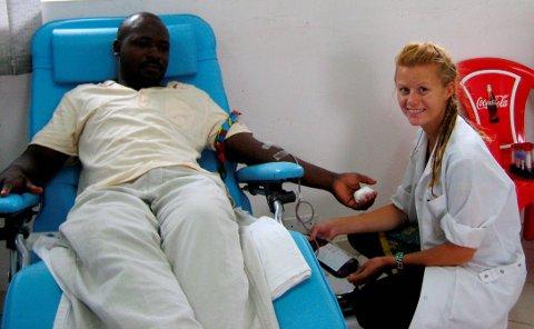 På jobb: Trine Bay jobbet i en blodbank i Mwanza, Tanzania. Her med en lokal bloddonor.