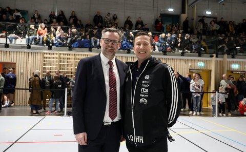 MED GRUNN TIL Å SMILE: Ordfører Jarle Nilsen og dalig leder i Åkra IL Helge Hammersland på åpningen av Åkrahallen.