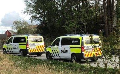 PÅGREP MANN: Politiet var på stedet med flere patruljer etter brannen på Bømlo onsdag ettermiddag.