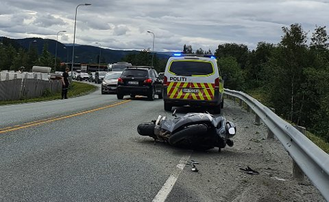 ULYKKE: En motorsykkel har veltet på E6 utenfor Mosjøen.