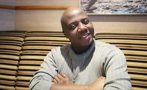ELSKER Å FÅ FOLK TIL Å SMILE: Ebenezer Akoi (54) kom til Vadsø som FN-flyktning i 2004. Han ble i byen i elleve år: – Du må skrive at jeg savner byen, det var mitt første hjem i Norge, sier han.