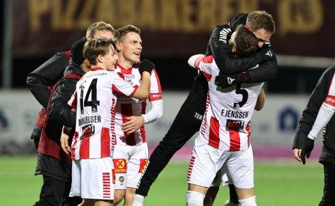 VILL JUBEL: Ruben Yttergård Jenssen i sentrum da TIL på overtid sikret opprykket med 1-1 på Raufoss. 32-åringen meldte seg selv som målscorer i pausen da ingen andre tok ordet.