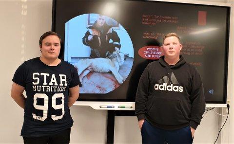 PRESENTASJON: Jan Erik Nergård Strømeng (til venstre) og Simen Paltto foran sin presentasjon.
