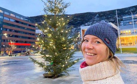 FOLKETOMT: Uten ei levende sjel i sikte, tente Grete Larsen årets julegran, første søndag i advent.