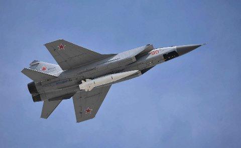 SKREMMENDE LAST: Et Kinzhal-missil under buken på et russisk MIG-31-jagerfly.