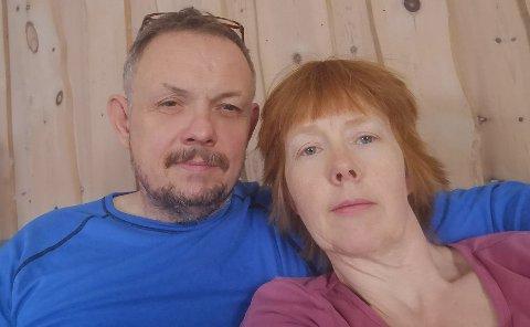 VELDIG SYK: På bare et par timer gikk Jan Helge Mikkelsen fra å føle seg frisk, til å ha over 40 i feber. Her med kona og sykepleier Thorill Mikkelsen.