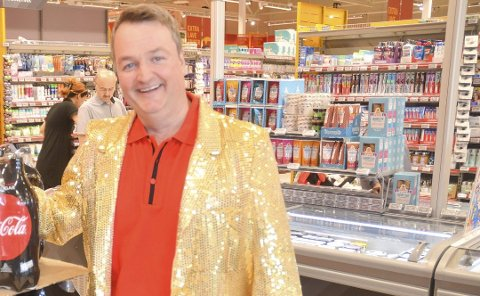FOLKSOMT: Extra-driver Ole Jonny Fjeldstad forteller om fin trafikk i etterkant av butikkåpningen torsdag. FOTO: ROGER ØDEGÅRD