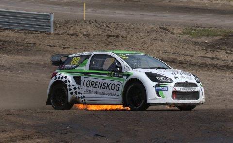 Leiebilen Hans-Jøran Østreng benyttet under helgens EM-runde i svenske Høljes, Citröen DS3 supercar, tok fyr. Heldigvis ble brannen raskt slukket. Alle foto: Johnny Loix