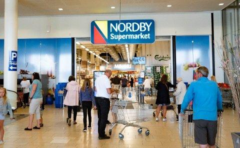 Nordmenn panter flasker og handler matvarer, drikkevarer brus og sjokolade og godteri og søtsaker ved Nordby Supermarket og shoppingcenter i Sverige Foto: Geir Olsen / NTB