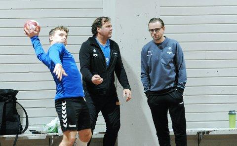 NÆRMER SEG EUROPA: Rune Haugseng (midt i bildet) i samtale med trenerkollega Heine Jensen på mandagens trening. Spilleren til venstre er Theodor Svensgård.