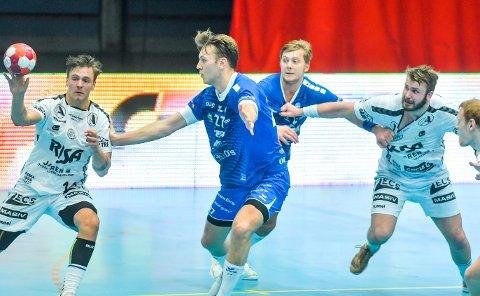 BARE NESTEN: Tord Haugseng (t.v.) og Ole Nærland i aksjon i koronatomme Drammenshallen. Nærbø var veldig nær sin aller første seier mot Drammen. Kanskje møtes de igjen i sluttspillet?