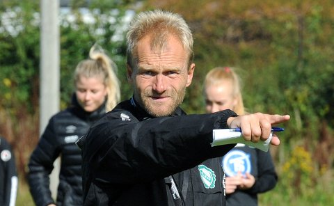MÅ NED, VIL OPP: Klepp-trener Owe Salvesen innser at det skal et mirakel til for at Klepp ikke spiller i 1. divisjon neste sesong. 53-åringen ser flere muligheter enn ulemper.