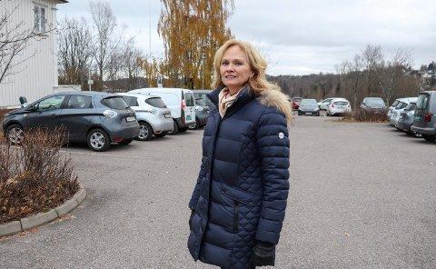 FORTVILENDE: Monica Skytte Kristoffersen er virksomhetsleder for Holmestrand bo- og behandlingssenter. Hun sier det er fortvilende for de ansatte å stadig ha mangel på parkeringsplasser ved jobben.