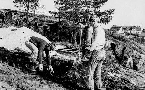 Dugnad på Gunnarsholmen 1978: For 40 år siden skjedde mye på Gunnarsholmen og mange la ned en stor innsats for at Gunnarsholmen ble det friområdet man har i dag. Bildet viser tre av speiderne i 1 Kragerø Speidertropp. De tre er Terje Myrstrand, Bård Ekeberg Nilsen og Leif Halvorsen. Som bildet viser så var ikke guttene redde for å ta i et tak.
