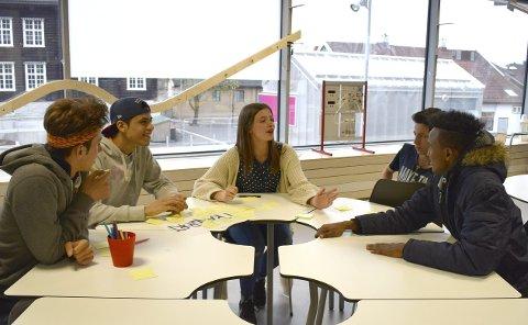 Engasjerte: Ungdommen rundt bordet var engasjerte i tema «transport» og ønsket seg mer og gratis buss. Foto: natalia C. Heinrich