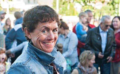 GLEDER SEG: Rektor Ann-Elin Urdal på Raumyr skole og alle elevene er med på stort koropplegg fredag.