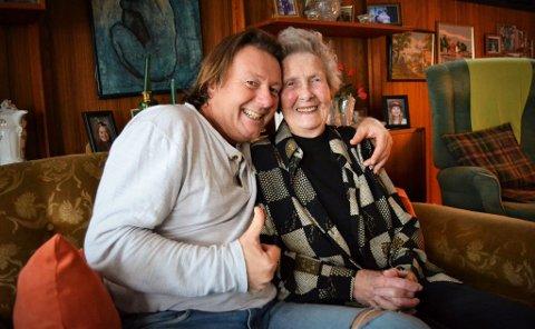 SPENT: Mamma Lilli (92) er godt vant til å se sønnen Svein på tv. I kveld skal de se første episode av Farmen-kjendis sammen hjemme i Kongsberg, noe de begge gleder seg til.