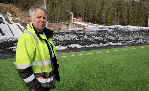 RYDDER OPP: Øivind Tonby, oppsynsmann i Kongsberg kommune avdeling park og idrett, sier arbeidet med å rydde opp gummikulene rundt Idrettsparken vil begynne rett etter påsken.