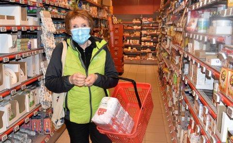 Her ser vi ordfører Kari Anne Sand med munnbind i en butikk tidligere i vinter. Nå ber hun og kommunen alle hvittingfossinger om å bli flinkere å bruke munnbind.