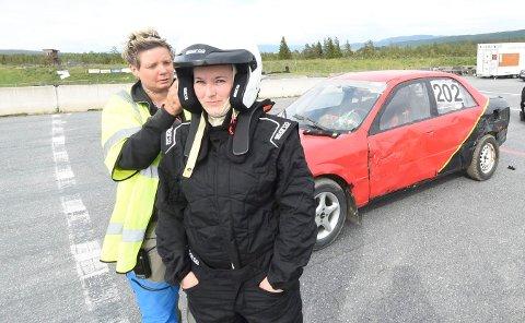 KLAR TIL START: Linn Sundet (t.v.) hjelper Linn Krå Abrahamsen med hjelmen. Foreløpig må hun nøye seg med å kjøre treningsrunder i bilcross. Løpsdeltakelsen hun fikk i 30-årsgave vet hun ikke når hun får brukt. FOTO: OLE JOHN HOSTVEDT