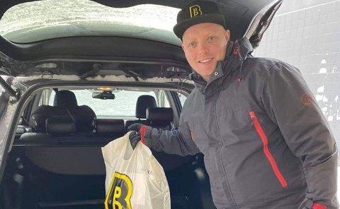 HJEMKJØRING: Kristoffer Snadholm ved Bunnpris & Gourmet på Leknes kjører varer hjem til de som ikke kan eller klarer å handle selv.