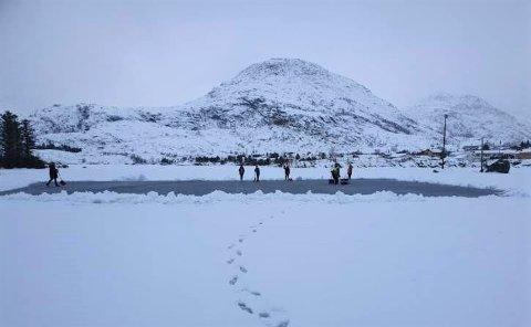 Det måkes skøytebane på Sørvågvannet i Moskenes.