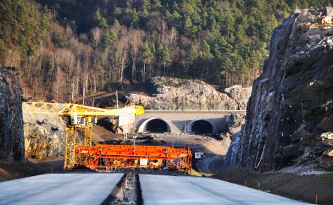 NÆRMER SEG: Broa ovr Trysfjorden nærmes seg. 30. september skal den være klar for trafikk! Bomstasjonene ligger imidlertid etter skjema!
