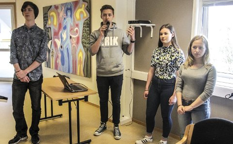 FRAMFØRTE: Magnus Røed (f.v.), Jørgen Osberg, Kristine Arnesen og Maja Meyer fra Ungdomsrådet presenterte 10.-klassingenes synspunkter.