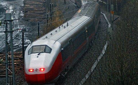 STENGES: Østfoldbanen blir stengt fra 18. april til og med 21. april. Både vestre og østre linje stenges.