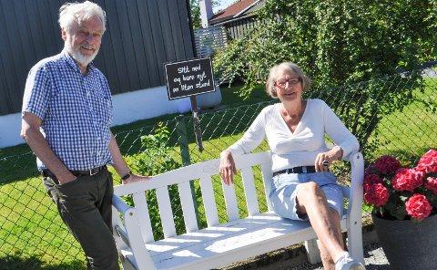 UTFORSKER: Oddvar og Kirsten har blitt kjent med både Moss og Rygge på nytt, og har funnet nye perler i byen underveis i prosjektet. Som denne koselige benken i en gate i Rygge.