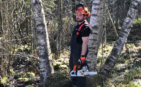 TØMMERSPORT: Truls Hjelseth er dreven med øks og motorsag. Nå skal han sjekke om han kan konkurrere i tømmersport.