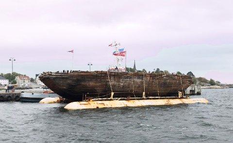 TILBAKE I NORGE: Polarskuta Maud har blitt fraktet hele den lange veien fra stedet hun sank, utenfor kysten av Canada, til Norge. Her fra Larvik tidligere denne uken.