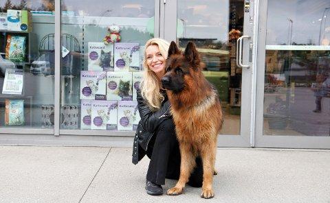 Trude Mostue og hunden hennes Cash.