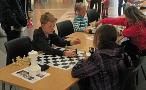SJAKKSPILLERE: Ole Morten Buch (8) og Lise Evertsen (9) i en intens sjakkduell.