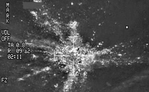 FANT FLYET: Her sirkler et norsk F16-fly over stedet der West Atlantic-flyet styrtet natt til fredag.