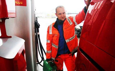 DYRT: Arvidas Lebleckis synes det er vanvittig dyrt å måtte betale 18.01 kroner for en liter bensin. Å fylle opp en tank på 60 liter koster 1080 kroner.