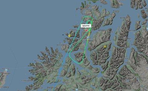 SIRKLER: Både Norwegian og Sas sliter med å lande på Langnes i Tromsø søndag.