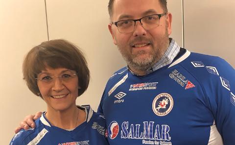 NYANSATT: Hilde Hanssen og FK Senjas styreleder Louis S. Edvardsen.