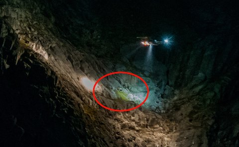 PÅ FJELLHYLLE:  Sea King-en har funnet de to mennene som var på vei Store Hollenderen på Kvaløya. Bare minutter senere er de to løftet ut i det stummende mørket. Foto: Sander Øvergård