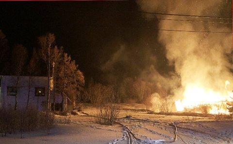 Som det fremgår av bildet er huset nedbrent. Brannvesenet driver nå etterslukking. Foto: Politiet