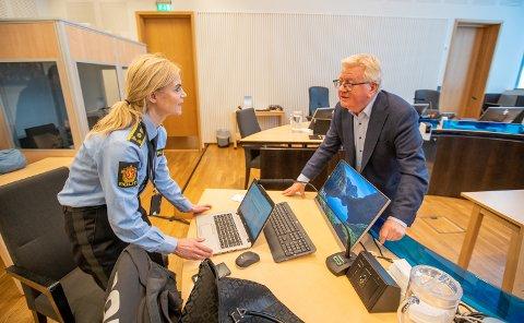 FENGSLING: Mennene som er siktet etter dødsfallet til en 17 år gammel jente, ble igjen fremstilt for varetekt torsdag. Her er politiadvokat Gøril Lund og advokat Ulf E. Hansen, forsvarer for den ene siktede, i retten.