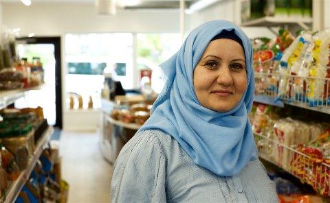 SUKSESS: Syriske Rabiha Allababidi (40) kom til Skjervøy for fem år siden. Nå har hun etablert sin egen bedrift. 15 prosent av innbyggerne i kommunen har innvandrer og flyktninhebakgrunn. Nesten alle er i arbeid eller under utdanning.