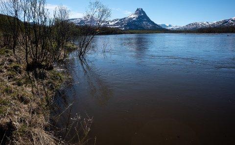 FLOM: Vannstanden i Reisaelva økte kraftig natt til onsdag, og vil fortsette å stige utover dagen.