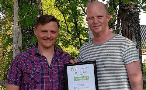 STOLTE: Knut Westrum (t.h.) og Eddie Strandengen fra styret i Gjøvik Rideklubb viser stolt fram beviset på tittelen «veiviserklubb».