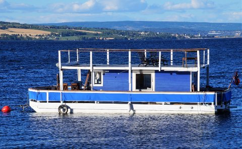 SEIN I SIGET: Den blå husbåten slik mange har sett den ligge på Mjøsa i mange år.