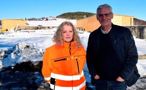 OPPE OG GÅR: Det midlertidige renseanlegget på Skreia er fra denne uken oppe og går fopr fullt med tre rensetrinn. - Nå håper vi Mjøsa skal ordne resten, sier vann- og avløpssjef Elisabeth Harrang og kommunalsjef Bjørn Bollum i Østre Toten.