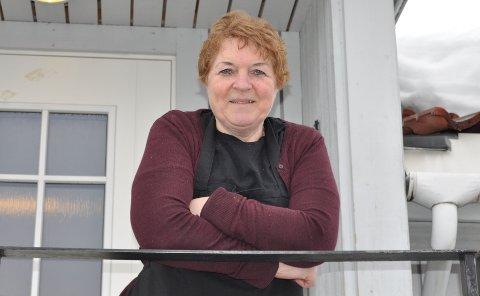 SJEF I DET SMÅ: – Det kan ikke være så lett å styre landet, sier Erna Solberg om sin navnesøster på Stortinget. Selv styrer hun driften på Odd Fellow Losjen i Gjøvik.