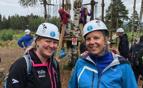 Ranveig Gjerdalen Taraldstad (t.v.) og Maren Bergseng Øistad var ansvarlige for turen til Gjøvik Klatrepark.
